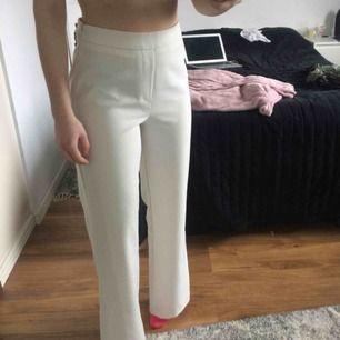 Vita kostymbyxor i storlek S från BikBok. Möts upp i Uppsala annars står köparen för frakten