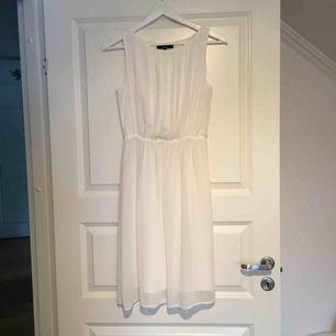 Vit klänning/avslutningsklänning Lite längre än knäna på mig som är 1.65 cm. Använd 1 gång Köparen står för frakt