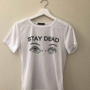 Stay Dead t-shirt storlek M men sitter som S, knappt använd.