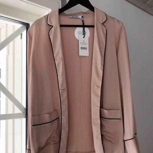 Ljusrosa blazer/skjorta, helt ny och oanvänd! Säljer pga fel storlek. Frakt står köparen för :)