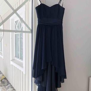 Helt oanvänd marinblå klänning! Längre bak och axelbandslös. Nypris 1500!