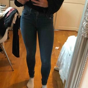 Levis jeans i modellen 710! Säljer pga för små för mig. De har ett litet hål (sista bilden) men det går att sy ihop!