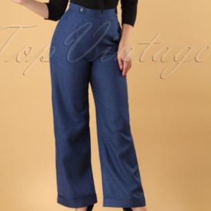 Helt nya oanvända jeans i 50-talsstil. Mjuka och sköna. Stängs med dragkedja i sidan. Storleksmärkt M men jag tycker de är som en L. (För stora för mig som har M).  De är ca 113 cm lång. Frakten ingår!