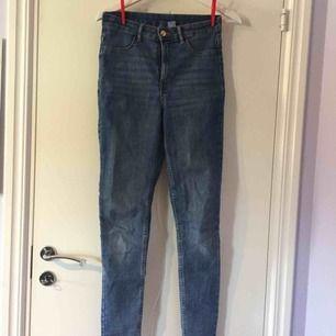 Jeans, använda 2-3 gånger. Förstora i midjan på mig. Köpare står för frakt :)