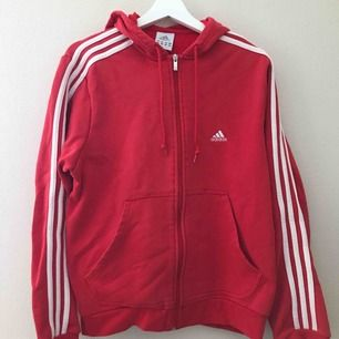 Röd adidas hoodie med dragkedja!