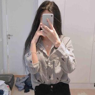 Snygg svart-vit färgad skjorta med söta broderade blad! Bara använt några få gånger, så väldigt fräsch och är varken urtvättad eller fått någon doft än.  Pris: 29kr (exklusive frakt!) Kan mötas upp i Göteborg! 😊💓