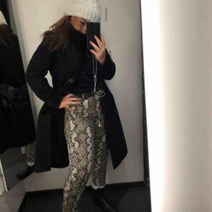 Ett par ormskinnsbyxor, skitsnygga och livar upp en outfit perfekt!! Passa S och M och formar rumpan jättefint. Alla bilder är mina och det är bara att fråga om mer bilder behövs:))
