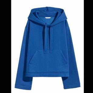 En blå hoodie i xs, skulle även kunna passa S. Använd ca 5 gånger och i bra skick. Säljs på grund av att den aldrig används längre.