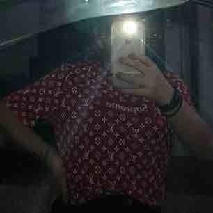 A-kopia LV t-shirt, storlekar XXL men är mindre i storleken och passar som oversized om man vill det.
