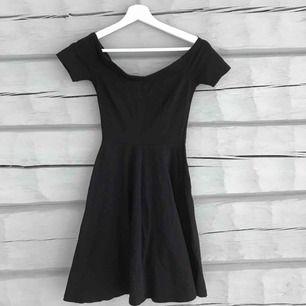 Så fin offshoulder klänning perfekt till sommarn, säljer pga den blivit för liten i midjan. Köpt på Ginatricot