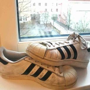 Använda Adidas superstar därav de låga priset!   Köparen betalar frakt!   Kram!!