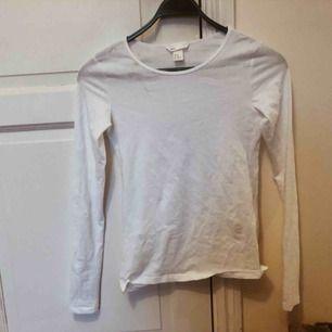 En vit, basic långärmad tröja ifrån H&M, i storlek XS, säljer pga fel storlek. 70kr för tröjan + frakt! Aldrig använd förut!