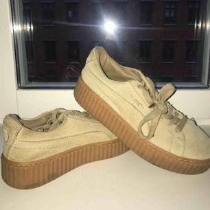 Puma - Rihannas creeper modell  Ljusbruna/beige  Hör av dig om du har några frågor eller vill ha fler bilder:)   Köparen betalar frakt!!   Kram!!