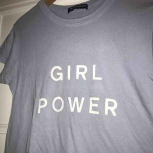 """T-shirt från Brandy Melville med texten """"GIRL POWER"""" både bak och fram! Färgen syns bäst på den första bilden tagen med blixt🥰 Frakten ingår"""
