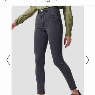 Snygga gråa jeans från NAKD med en slit och söm på framsidan!