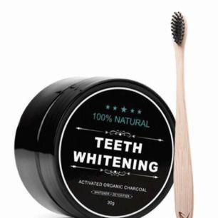 """Det omtyckta """"Instagram"""" kolpulvret som får tänderna att bli så mycket vitare 😍 mer än halva bruken kvar. Användning: ta lite pulver på locket och doppa i tandborsten ❌ doppa inte direkt i burken ❌ ordinarie pris 149kr"""