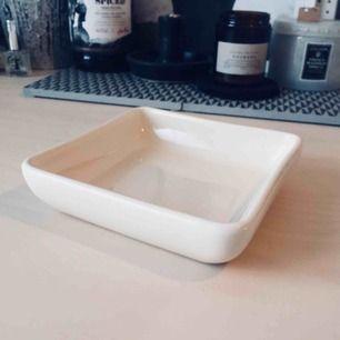 Ett uppläggningsfat i vit keramik, 14 cm ◻️✨