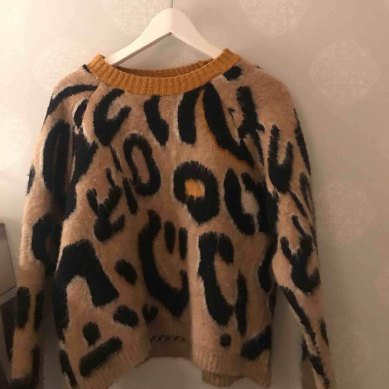 Jättesnygg och skön tröja från Stradivarius, jättefint skick. Huvtröjor & Träningströjor.