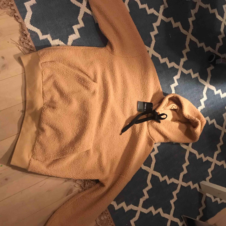 Oanvänd fin hoodie i teddymaterial, från forever21. Huvtröjor & Träningströjor.