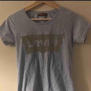Levi's tröja, i storlek L men är mer som en S till M. Är osäker om den är äkta men den är väldigt fin och i gott skick. Tröjan är skrynklig på bilden då den legat i en byrålåda.