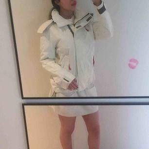 Jacka av James Harvest Sportswear - Storlek Small. Ladies shell jacket with Vent Air® breathable coating on inside.  Använd några enstaka gånger.  Säljer pga fel storlek.  Köpt för 2199 kr