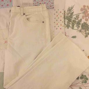 Vita stora jeans, sitter jättefint på höfterna och är ganska lösa i benen! Säljer pga att de är för stora för mig💓