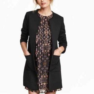 Strukturvävd svart kappa från H&M, nypris 399:- Fint skick och smickrande passform! Passar mig som har 34/36 i toppar :) en tunnare stickad tröja får plats under om så önskas.