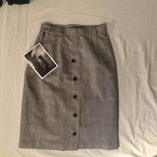 Jättefin kjol köpt second hand, grå svart vit rutig med röda detaljer och svarta knappar. Storlek XS. Pris 40kr + frakt. Säljer eftersom att den är för liten för mej❤️