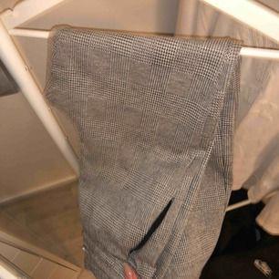 skitfina rutiga byxor från Zara!! Byxorna är i jätteskönt material men ser  ändå uppklätt. Zara. S. 50kr. Röda sammetsbyxor med utsvängda ben. Använda  ... 0f5d8b5404605