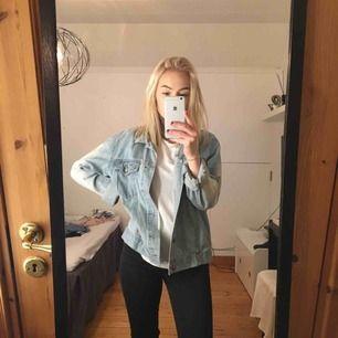 Skitsnygg jeansjacka från CheapMonday. Liten i storleken. Mjuk i tyget, inte så hård som jeansjackor kan vara ibland. Mycket använd men fortfarande i väldigt fint skick. Skickas mot frakt💕