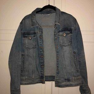 Skit snygg jeans jacka från Zara i bra skick perfekt nu inför våren , köparen står för frakten hmu🤗