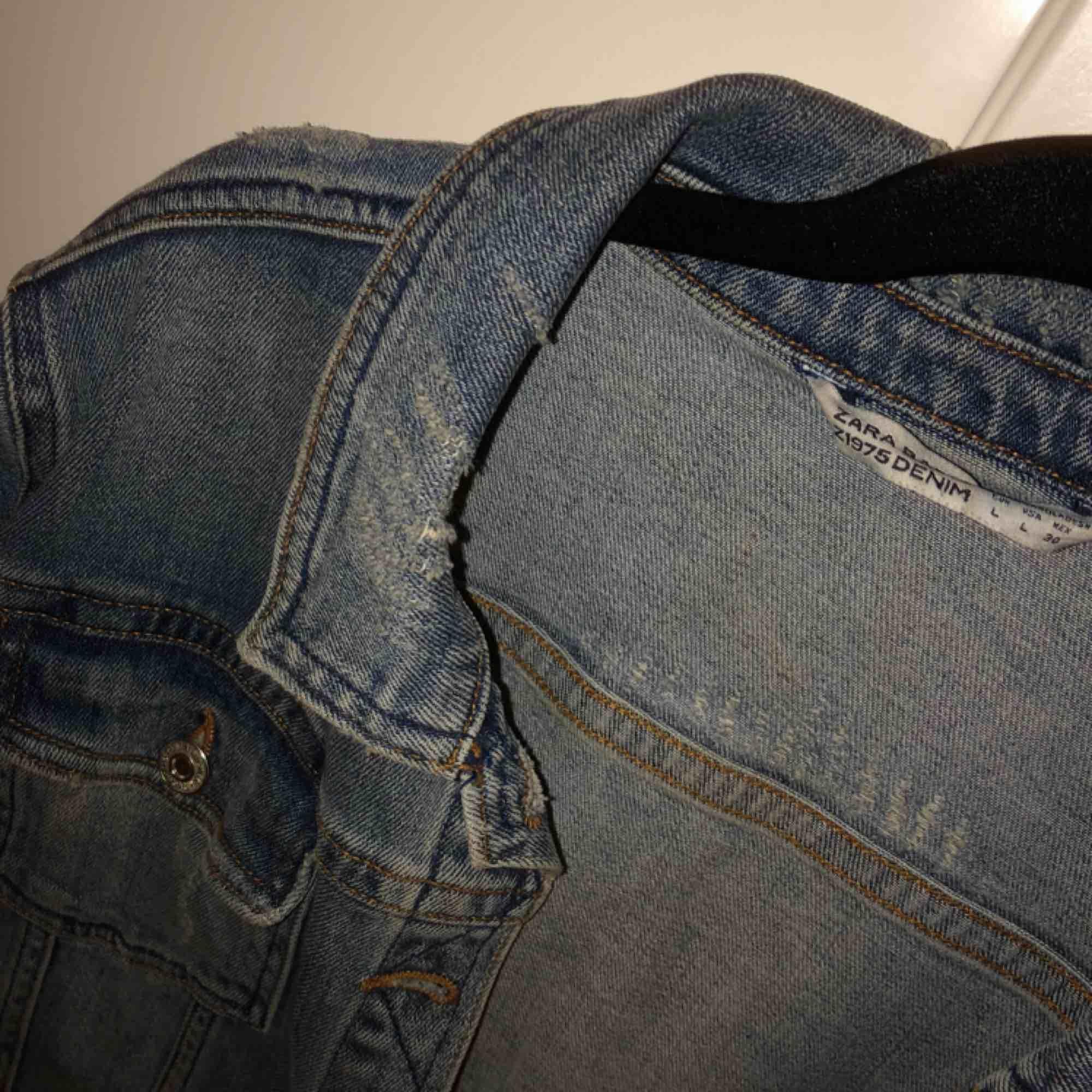 Skit snygg jeans jacka från Zara i bra skick perfekt nu inför våren , köparen står för frakten hmu🤗. Jackor.