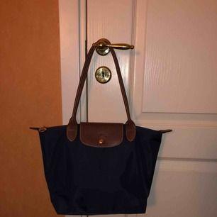 Äkta long champ väska i storlek M. Använd fåtal gången och är i bra skick. Kontakta för fler bilder eller frågor!