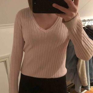 Kabelstickad långärmad tröja från hampton republic (Kappahl). Ljusrosa, v-ringad. Supermysig och stretchig. Köparen står för frakt. Ej smutsig utan ser bara ut så på bilden.