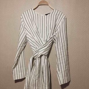Supersnygg wrap tröja från Zara. Säljes pga köptes i fel storlek :(