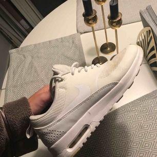 Näst intill oanvända Thea Nike skor