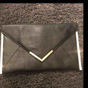Fin kuvertväska ifrån ASOS med guldkanter.