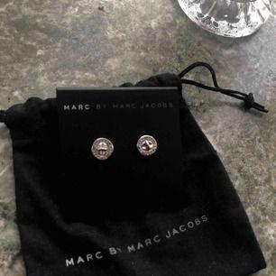 Hej! Säljer ett par nya Marc Jacobs örhängen i skriver som tyväär inte kompis till andvänding💕
