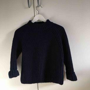 Skön stickad tröja från Topshop. Använd ett flertal gånger men ändå i fint skick! Kan mötas upp i Stockholm annars står köparen för frakten :)