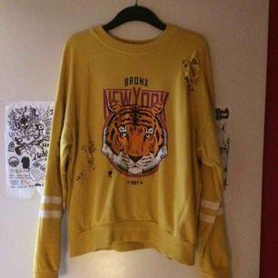 Den klassiska håliga tröjan från Gina :) använd men i fint skick. Stl M. Frakt tillkommer med 55 kr i postens M påse 🌷