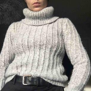 Jättefin stickad tröja i lite finare material. Kan klia lite men funkar fint med en tunn tröja under. 😊 Kan mötas upp i Stockholm annars står köparen för frakten.