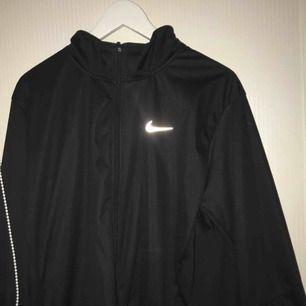 Super fin Nike kofta/ jacka i tränings material den är väldigt stor och där bak har jag knutit den på bilden men när jag bara är hemma brukar jag bara låta den hänga. Köpare står för frakt❤️
