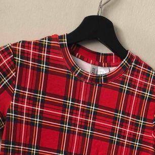 klänning från hm strl XS.  Sitter superfint på och är helt oanvänd.  Köparen betalar för frakt 🌸