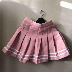 Babyrosa kjol, aldrig använd. Sitter jättefint på!  Köparen står för fraktkostnaden🌸
