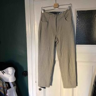 """Rutiga byxor som har """"kostymbyxmaterial"""", även lige tunna i materialet. Super sköna!"""