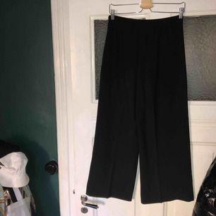 Flowiga svarta byxor från Zara som slutar vin ankeln