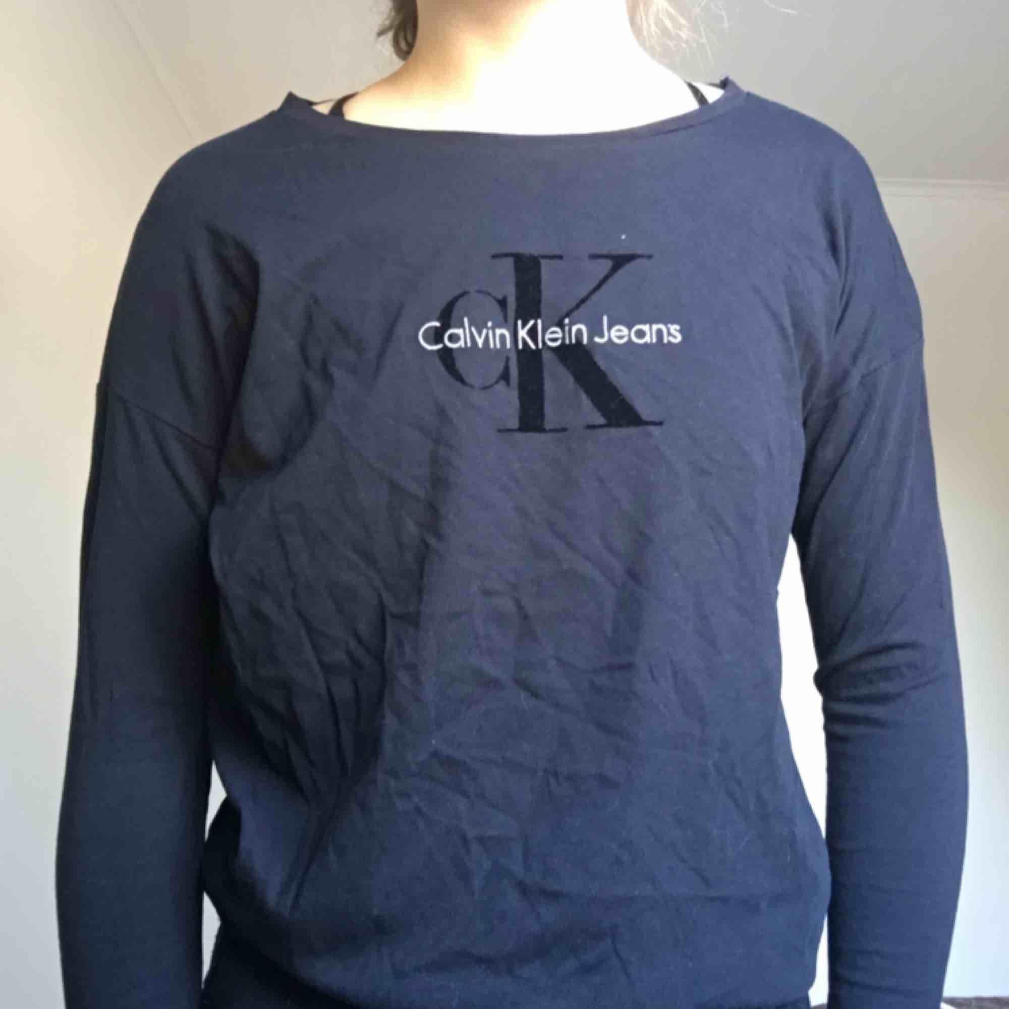 Helt ny Calvin tröja med prislapp kvar, köpt för 599kr❤️. Tröjor & Koftor.