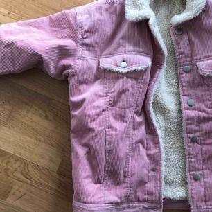 corduroy utility jacket från monki! använd endast en gång. säljer pga har alldeles för många jackor.  nypris: 700kr. kan mötas upp i sthlm eller så står köpare för eventuell frakt. pris kan diskuteras💖skulle säga att jackan passar alla mellan XS-M!