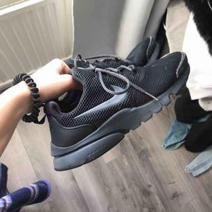 Säljer dessa Nike presto, gått upp vid tån men går att fixa.