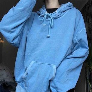 hoodie från weekday! jääääääätteoversize och passar nog en xl också (jag på bilden är vanligtvis en s) aldrig använd men tvättad en gång, frakt 79kr :)